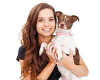 Bella e ragazza felice con il piccolo cane Immagine Stock