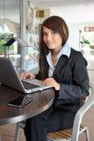 Bella e ragazza felice con un computer portatile Immagine Stock
