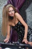 Bella e ragazza sexy del DJ sulle piattaforme Immagine Stock Libera da Diritti