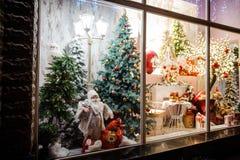 Bella e vetrina luminosa del negozio con i regali di Natale Immagine Stock