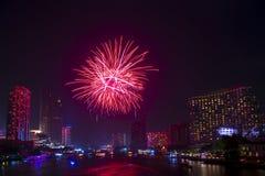 Bella esposizione del fuoco d'artificio per il buon anno ed il Buon Natale con la notte crepuscolare ed il fuoco d'artificio di c fotografie stock