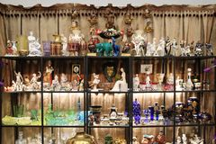 Bella esposizione delle figurine d'annata e dell'articolo da cucina Fotografia Stock Libera da Diritti
