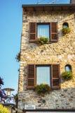 Bella facciata della casa della via italiana con i ciechi immagini stock libere da diritti