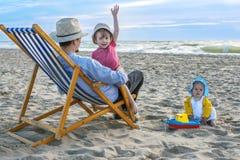 Bella famiglia alla spiaggia immagini stock libere da diritti