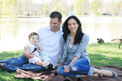 Bella famiglia che gode della sosta Fotografie Stock Libere da Diritti