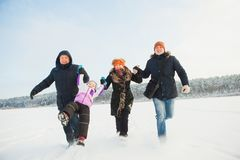 Bella famiglia felice che mantene insieme nell'inverno Fotografia Stock
