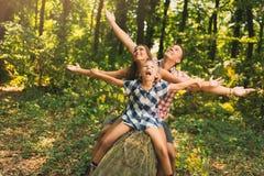 Bella famiglia nella foresta fotografia stock