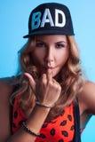 Bella femmina caucasica in macchina fotografica di sguardo black hat Fotografia Stock Libera da Diritti