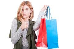 Bella femmina che porta i sacchetti della spesa variopinti Fotografia Stock Libera da Diritti