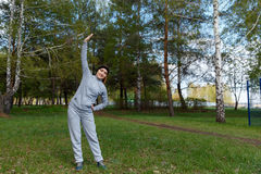 Bella femmina che pratica allungando gli esercizi Fotografia Stock
