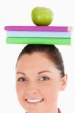 Bella femmina che tiene una mela Immagine Stock