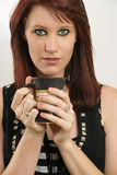 Bella femmina con gli occhi verdi che beve caffè Immagini Stock Libere da Diritti