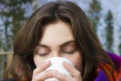 Bella femmina con la tazza Fotografia Stock Libera da Diritti