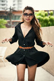 Bella femmina tailandese felice che gode vicino alla piscina Immagini Stock