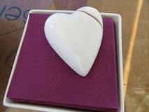 Bella figura che simula un bianco rotto della porcellana del cuore fotografie stock