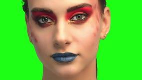 Bella fine castana del fronte sul ritratto sullo schermo verde archivi video