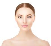 Bella fine del fronte della donna sullo studio su bianco Modello della stazione termale di bellezza fotografia stock libera da diritti