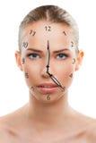 Bella fine della donna su con un orologio fotografie stock libere da diritti