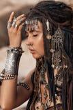 Bella fine tribale del ballerino della donna sul ritratto al backgro di pietra Immagine Stock Libera da Diritti