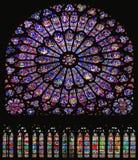 Bella finestra di vetro macchiato del transetto del sud in Notre Dame Cathedral, Parigi fotografie stock