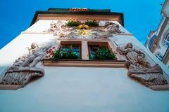 Bella finestra a Praga che tameing vecchio stucco Fotografia Stock