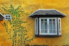 Bella finestra sulla parete dell'annata fotografie stock libere da diritti