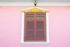 Bella finestra sulla parete rosa nello stile cinoportoghese a Soi Ro fotografia stock libera da diritti