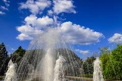 Bella fontana contro le belle nuvole, molla, paesaggio urbano di estate, città di Dniepropetovsk, Dnepr, Ucraina fotografie stock