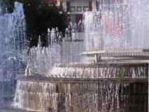Bella fontana multi-a file della cascata nel quadrato di Novosibirsk Pervomaysky del parco della città immagine stock