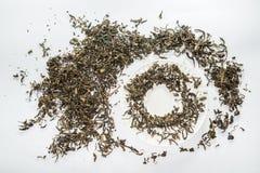 Bella forma della foglia di tè secca sui precedenti bianchi Immagini Stock Libere da Diritti