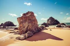 Bella formazione rocciosa sulla spiaggia dell'oceano il giorno soleggiato luminoso Immagine Stock Libera da Diritti
