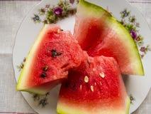 Bella foto con le fette fresche dell'anguria su un piatto Fotografie Stock Libere da Diritti