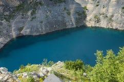 Bella foto del paesaggio e della natura del lago blu Imotski Croazia fotografia stock