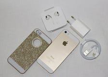 Bella foto su un telefono dorato del fondo bianco Fotografia Stock