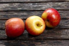 Bella frutta rossa delle mele sulla tavola di legno Fondo, struttura Fotografia Stock