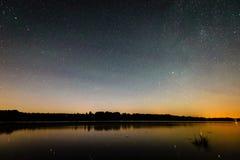 Bella galassia della Via Lattea su un cielo notturno e su una siluetta dell'albero immagini stock