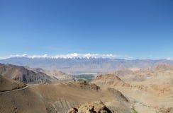 Bella gamma di Zansker visibile dalla gamma di Ladakh vicino a Leh, HDR Fotografie Stock