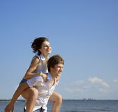 Bella gente nell'amore sulla spiaggia fotografie stock
