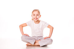 Bella ginnasta della ragazza che si esercita, allungando Fotografia Stock Libera da Diritti