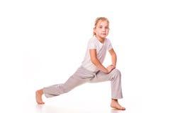 Bella ginnasta della ragazza che si esercita, allungando Fotografia Stock