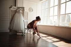 Bella giovane ballerina nel pointe Immagini Stock Libere da Diritti