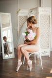 Bella giovane ballerina nel pointe Fotografia Stock