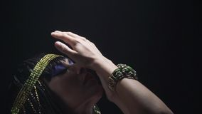 Bella giovane Cleopatra con trucco blu sul suo fronte, fine su stock footage