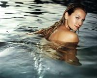 Bella giovane donna in acqua Fotografie Stock Libere da Diritti