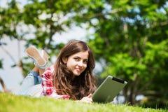 Bella giovane donna all'aperto con il touchpad Immagini Stock