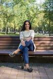 Bella giovane donna all'aperto Goda della natura Ragazza sorridente in buona salute Fotografia Stock