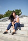 Bella giovane donna all'aperto Goda della natura Ragazza sorridente in buona salute Fotografia Stock Libera da Diritti