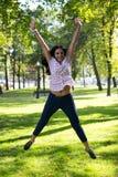 Bella giovane donna all'aperto Goda della natura Ragazza sorridente in buona salute in erba verde Immagine Stock Libera da Diritti