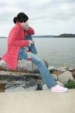 Bella giovane donna all'esterno con il giocatore di musica Fotografia Stock Libera da Diritti