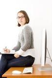 Bella giovane donna all'ufficio immagini stock libere da diritti